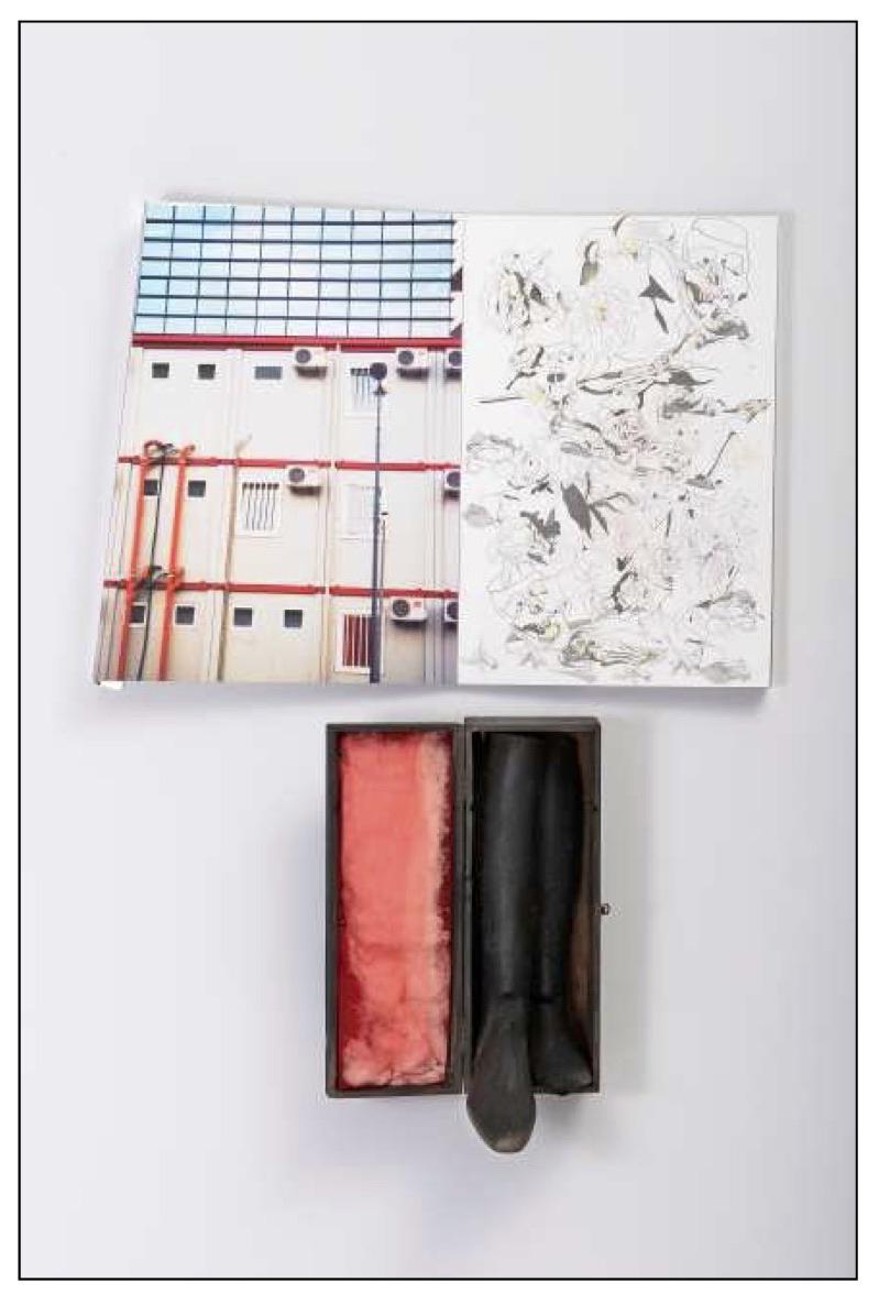 Alloggiamenti degli operai in un cantiere di Milano Foto, disegno a matita e pastello su cartone, Hammer su alluminio, legno, ovatta, tulle, cm 92x124x30